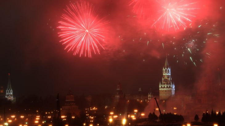 Fireworks explode over Moscow's Kremlin complex during New Year celebrations in Moscow on January 1, 2017.  / AFP PHOTO / VASILY MAXIMOV