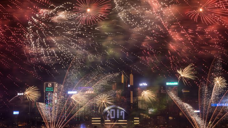 Fireworks explode over Victoria harbour during celebrations to bring in the New Year holiday in Hong Kong on January 1, 2017. / AFP PHOTO / DALE DE LA REY