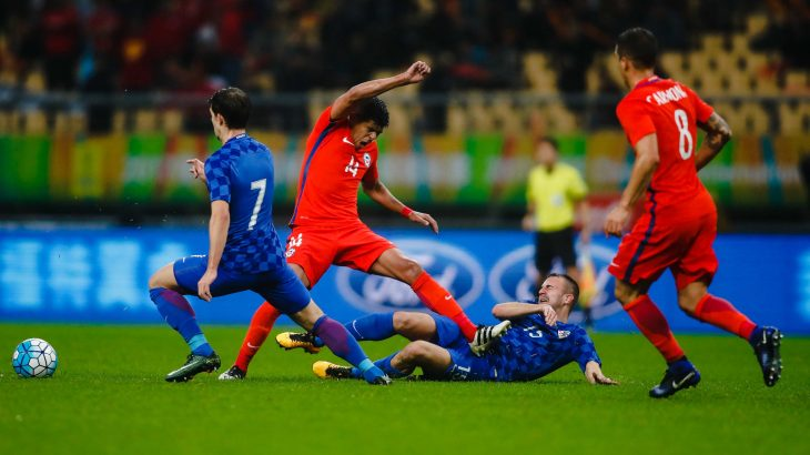 Esteban Pavez (2L) of Chile fights for the ball with Josip Pivaric (2R) of Croatia during a 2017 Gree China Cup International Football Championship group match at Guangxi Sports Center Stadium in Nanning, south China's Guangxi province on January 11, 2017. / AFP PHOTO / STR / CHINA OUT