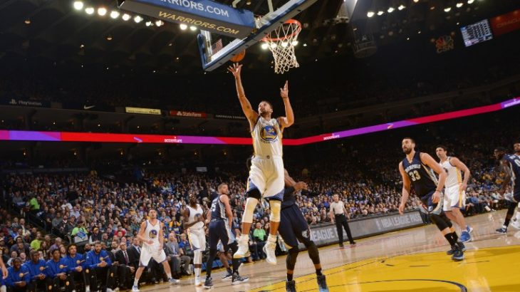 OAKLAND, CA - JANUARY 6: Stephen Curry #30 of the Golden State Warriors goes to the basket against the Memphis Grizzlies on January 6, 2017 at ORACLE Arena in Oakland, California. NOTE TO USER: User expressly acknowledges and agrees that, by downloading and or using this photograph, user is consenting to the terms and conditions of Getty Images License Agreement. Mandatory Copyright Notice: Copyright 2017 NBAE   Noah Graham/NBAE via Getty Images/AFP