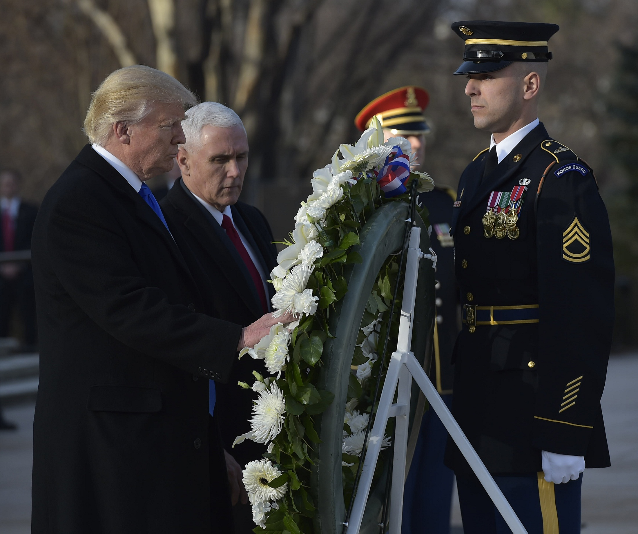 US President-elect Donald Trump and Vice President-elect Mike Pence take part in a wreath-laying ceremony at Arlington National Cemetery in Arlington,Virginia, on January 19, 2017. / AFP PHOTO / MANDEL NGAN