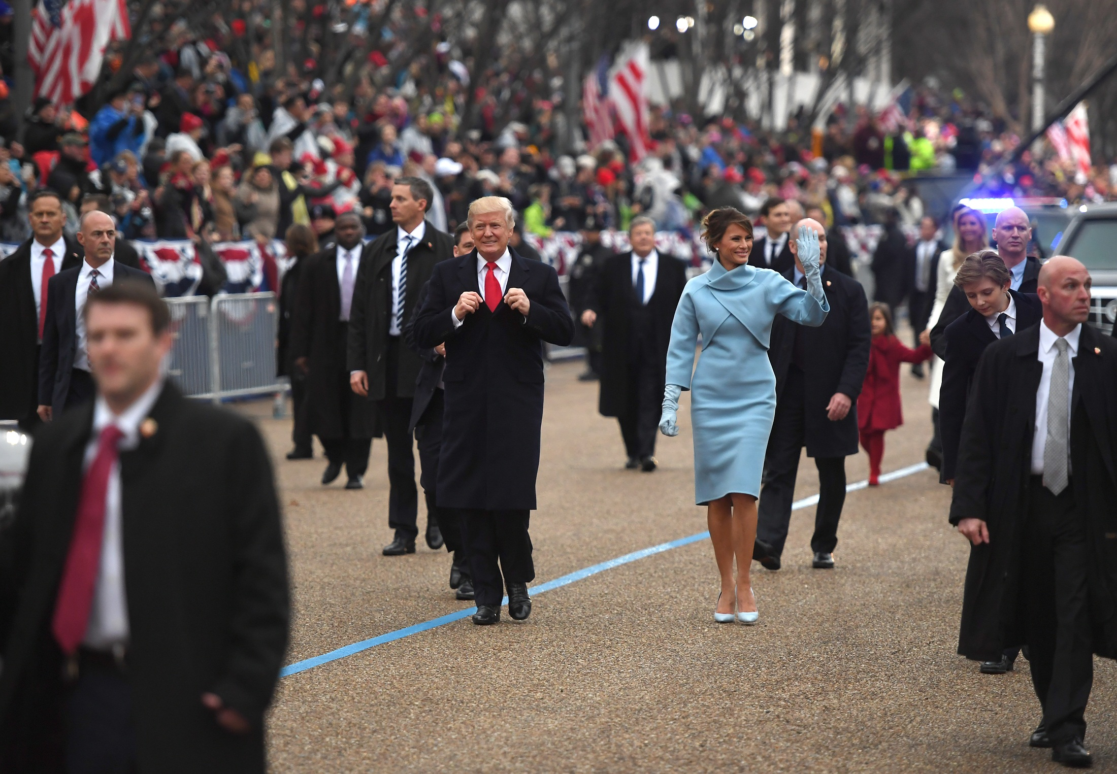 US President Donald Trump and First Lady Melania walk the inaugural parade route on Pennsylvania Avenue in Washington, DC, on January 20, 2107 following swearing-in ceremonies on Capitol Hill earlier today.  / AFP PHOTO / JIM WATSON