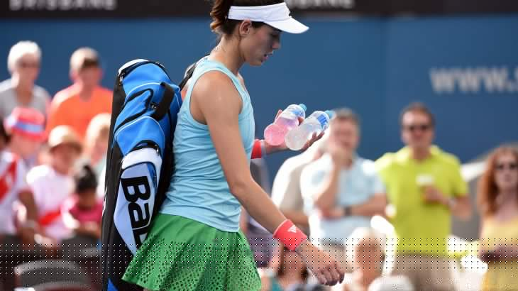 Garbine Muguruza of Spain walks off follwoing her retirement from the game against Alize Cornet of France in their women's single semi-final match at the Brisbane International tennis tournament in Brisbane on January 6, 2017. / AFP PHOTO / SAEED KHAN / IMAGE RESTRICTED TO EDITORIAL USE - STRICTLY NO COMMERCIAL USE
