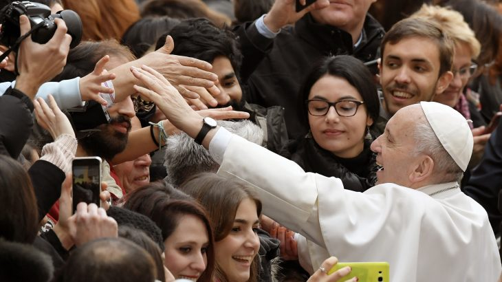 Pope Francis greets students as he arrives at the Roma Tre University for a meeting with students and teachers in Rome on February 17, 2017. / AFP PHOTO / Tiziana FABI