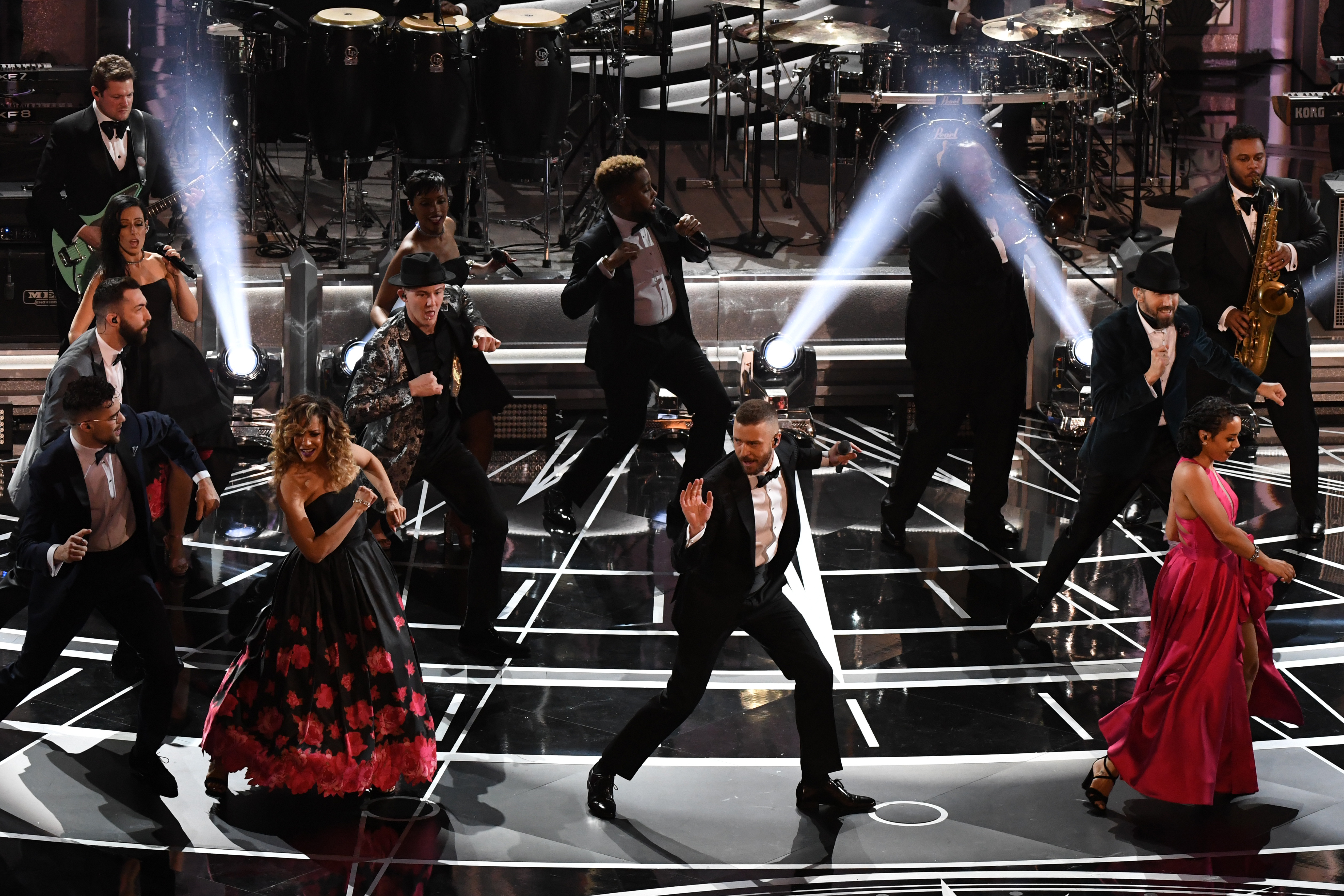 US singer Justin Timberlake (C) performs on stage at the 89th Oscars on February 26, 2017 in Hollywood, California. / AFP PHOTO / Mark RALSTON