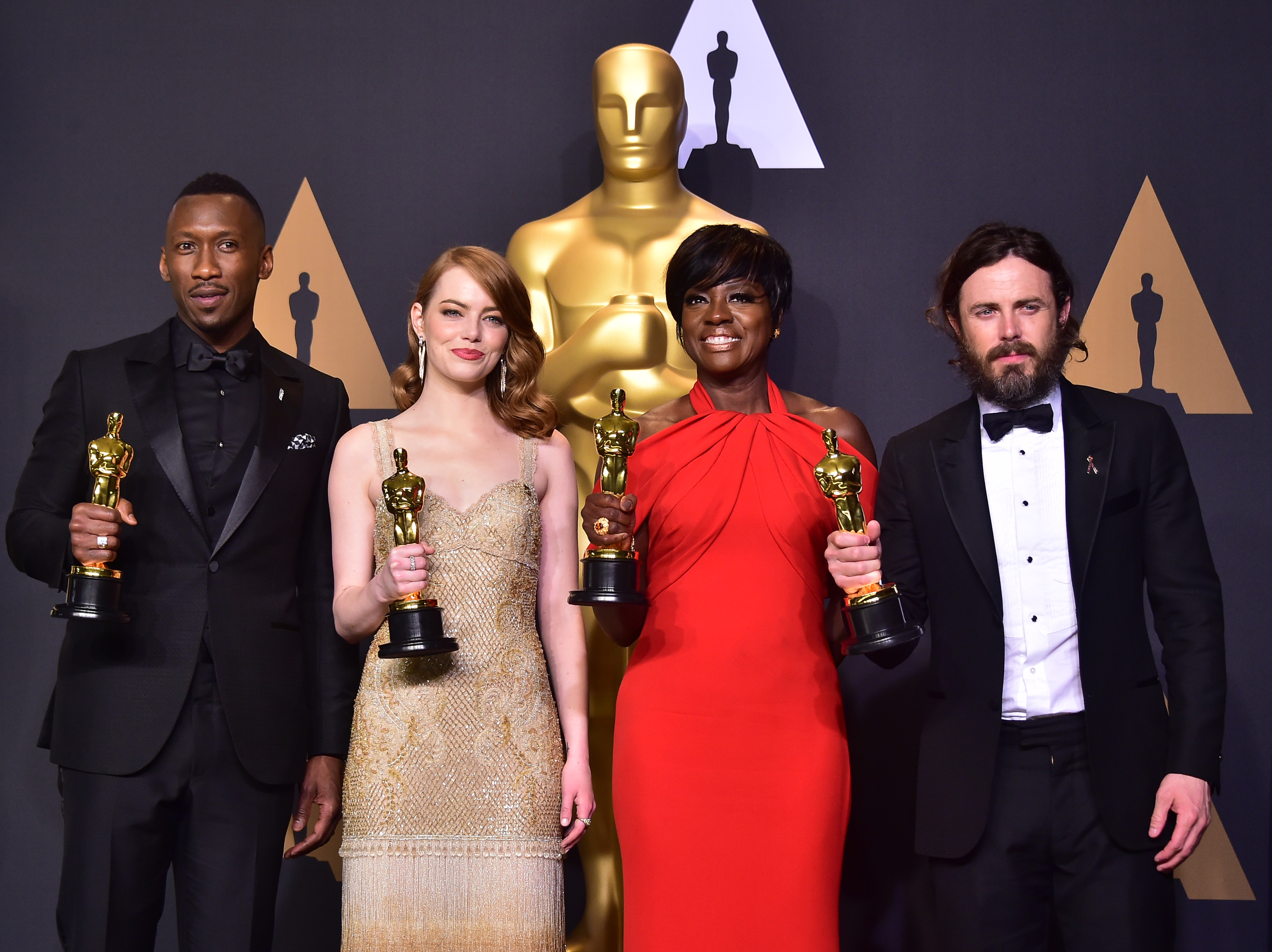 (l-R): Best Supporting Actor Mahershala Ali, Best Actress Emma Stone, Best Supporting Actress Viola Davis and Best Actor Casey Affleck pose in the press room during the 89th Oscars on February 26, 2017 in Hollywood, California. / AFP PHOTO / FREDERIC J. BROWN